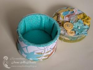 Круглая шкатулка с тканью внутри