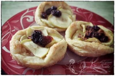 Слоеные пирожки с яблоками и изюмом