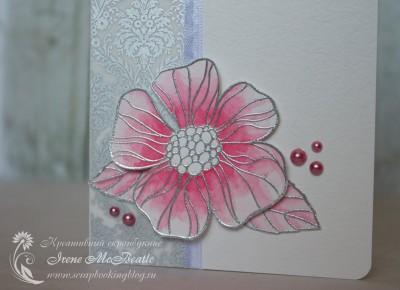 Контуры цветка сделаны с помощью горячего эмбоссинга серебряной пудрой