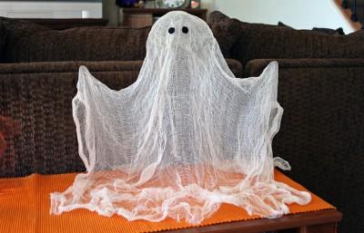 Декор для хеллоуина: привидение из марли
