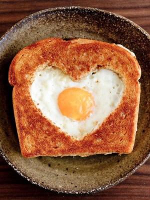 Тост с яйцом на 14 февраля