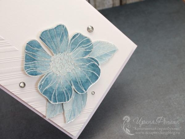 Эмбоссинг и раскрашивание цветка на открытке