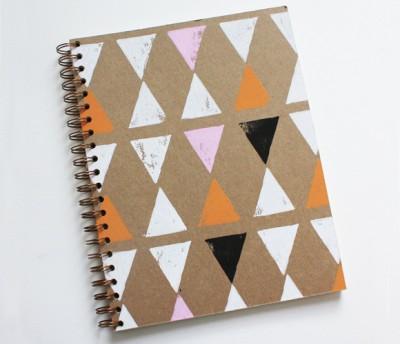 Блокнот с простым рисуном из треугольников