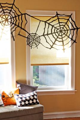 Декор для хеллоуина: паутина из мешков для мусора